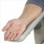 Formstøbt armlæn til patientstol